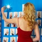 narcisistul-omul-cu-identitatea-furata-femeie-rochie-rosie-camera-foto-www.ralix.ro
